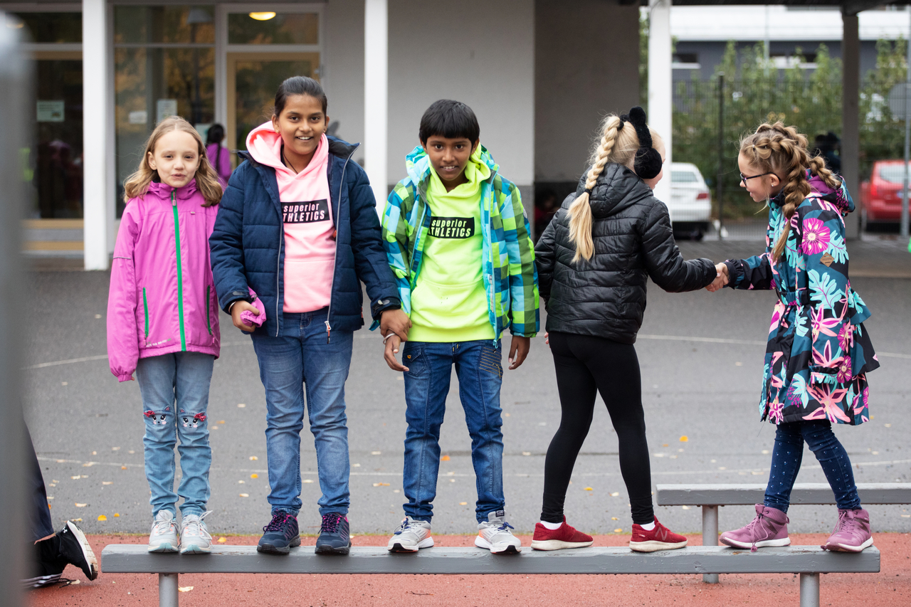 Lapset koulun pihalla