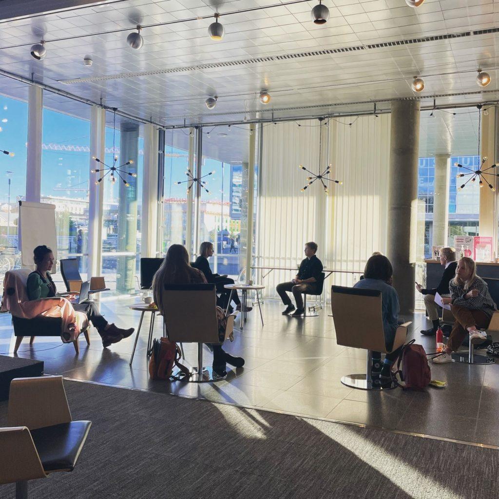 Nuoret keskustelemassa kirjastossa