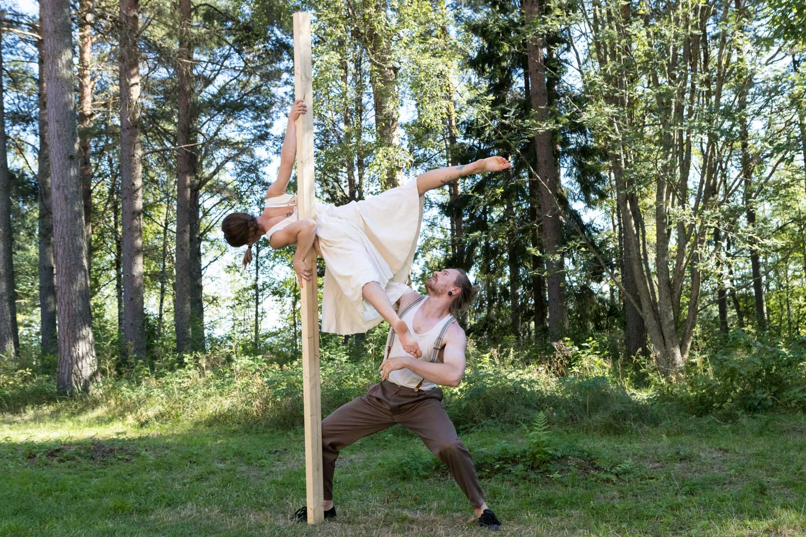 Picture of Kat and Jared acrobatic duo at Varjakka revisited